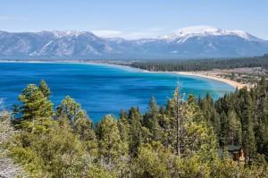 Le lac Tahoe et ses eaux bleues, bordé de sommets enneigés