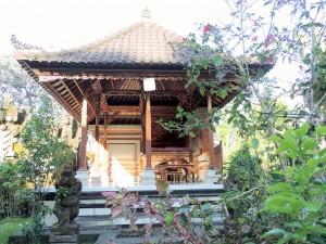 Une maison avec un temple à Bali